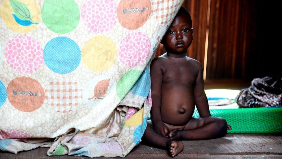 Imagen de un niño pequeño en una casa pobre en Nigeria.