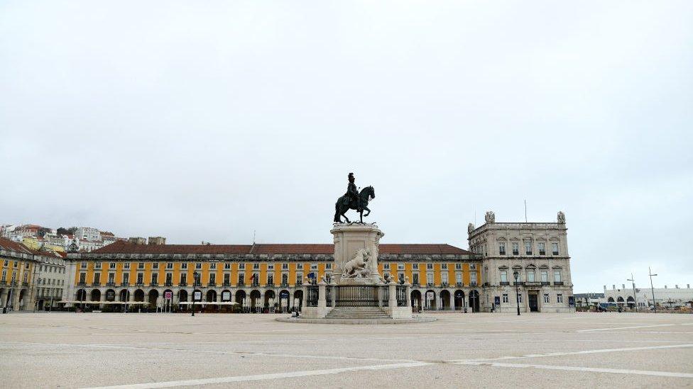 Praça lisboeta vazia