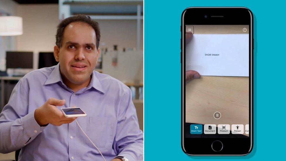Majkrosoftov Sakib Šaik demonstrira firminu smartfon aplikaciju koja pretvara tekst u govor