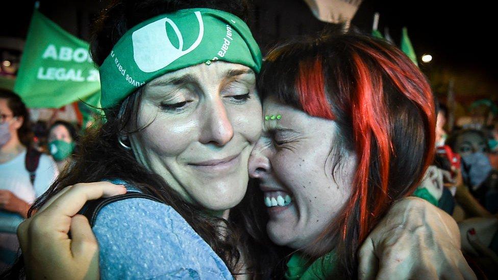 dos mujeres celebrando la legalización del aborto en Argentina.