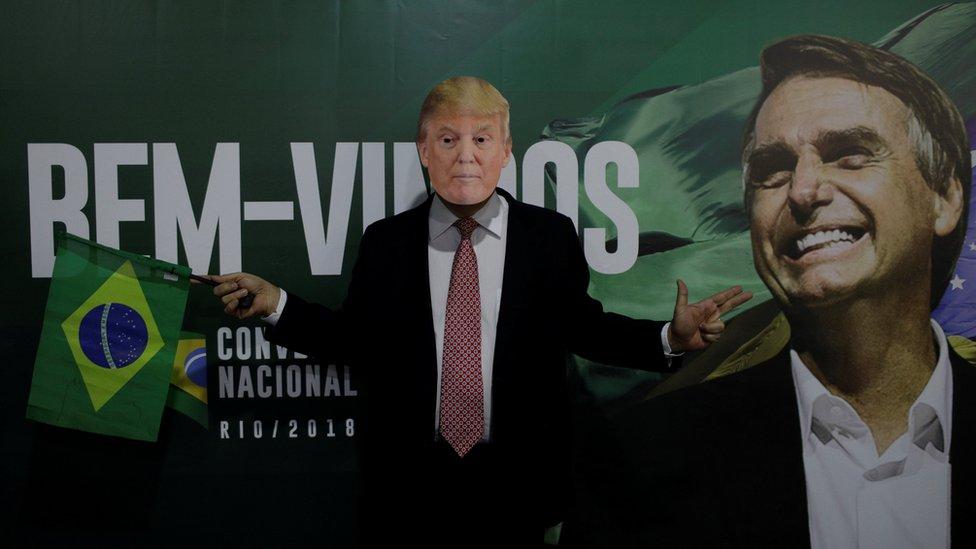 Un seguidor de Jair Bolsonaro usa una máscara de Donald Trump.