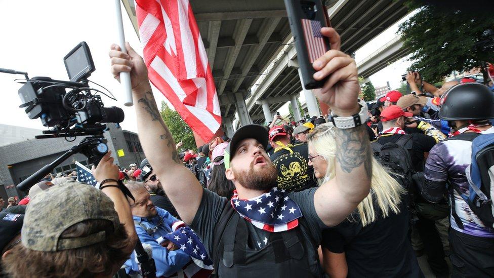 Американская полиция встала между правыми и левыми радикалами в Портленде