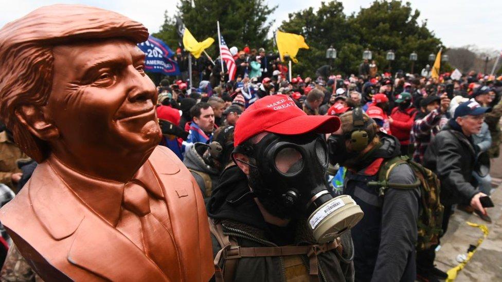 Un manifestante con un busto de Trump durante el asalto al Capitolio.