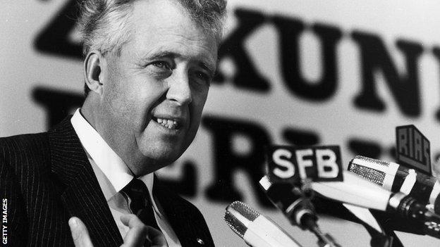 Apel je bio ministar finansija u vladi SR Nemačke od 1974. do 1978. godine