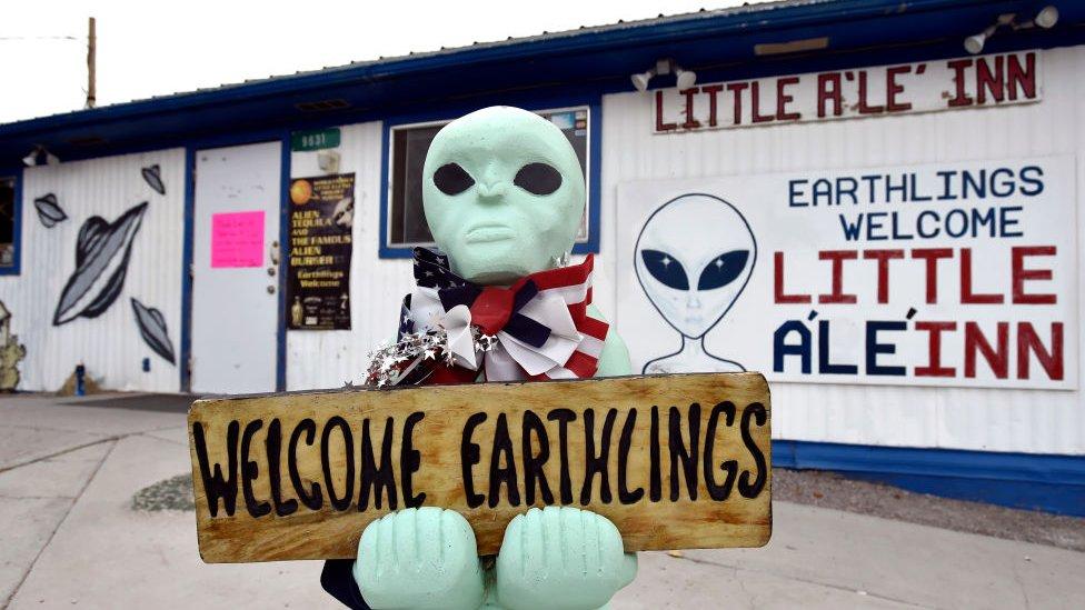 تمثال على هيئة كائن فضائي يرحب بضيوف أحد المطاعم في قرية راشيل بولاية نيفادا