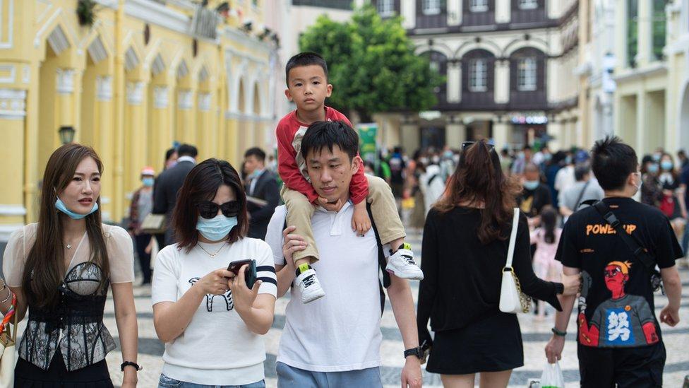 旅客在澳門議事亭前地遊覽(新華社圖片3/5/2021)