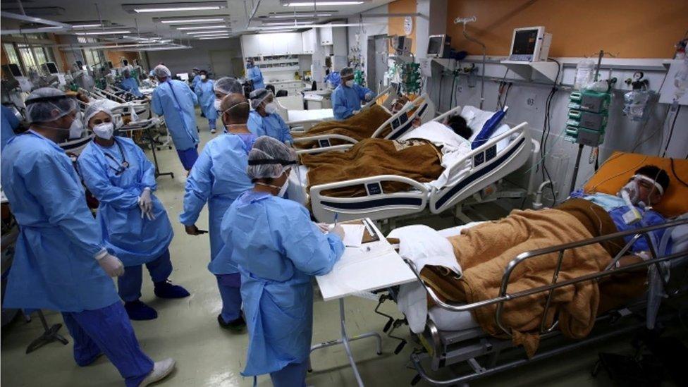 Hospital lotado com medicos e pacientes em Porto Alegre