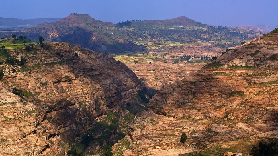 Paisaje del cañón de montaña, con formaciones rocosas y valle, en Tigray, en el norte de Etiopía.