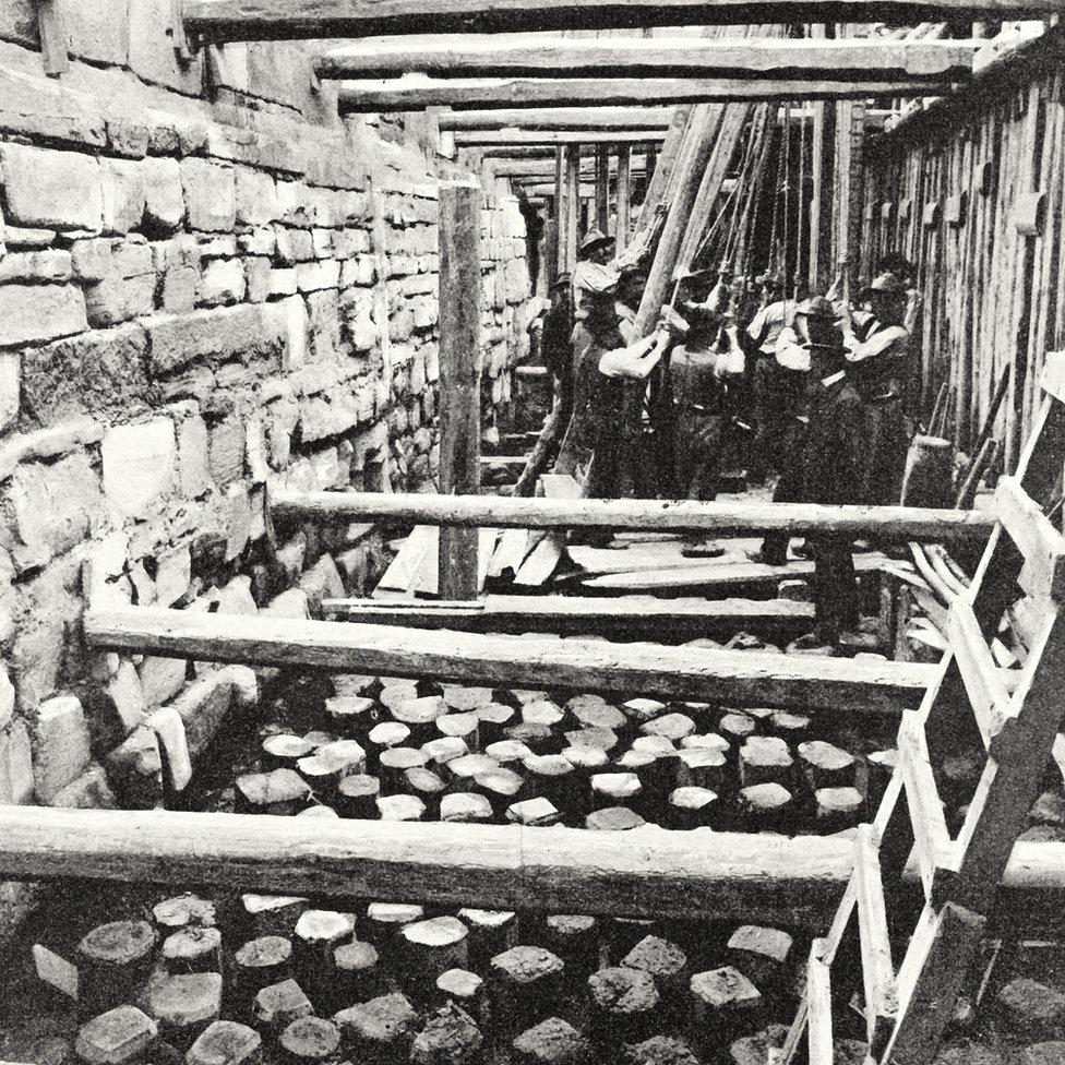 Colocando las bases para el nuevo campanario de San Marcos, Venecia, Italia, fotografía de Riva, de L'Illustrazione Italiana, 15 de enero de 1905.
