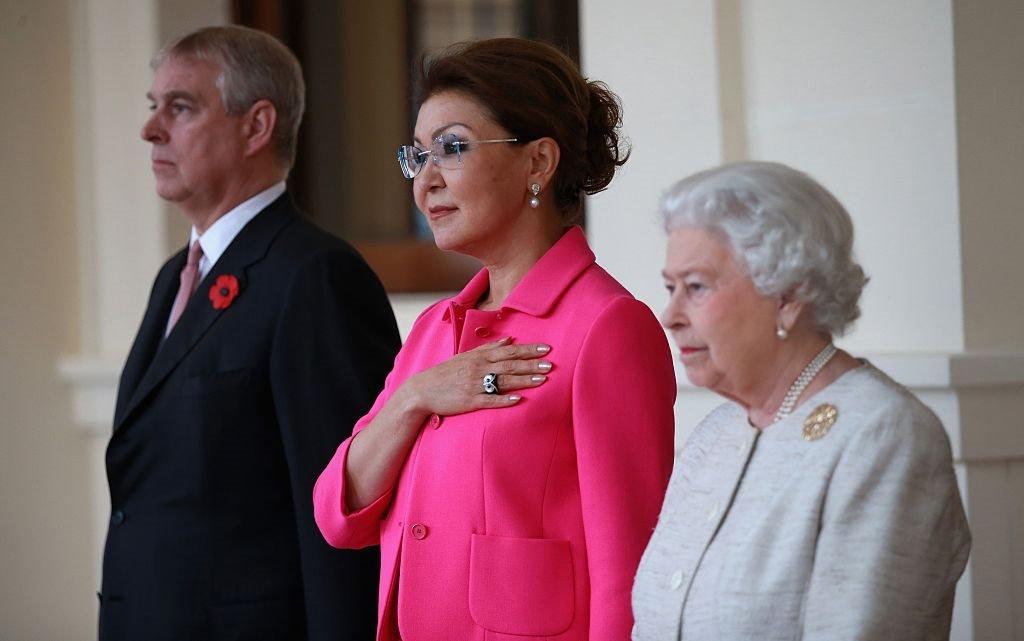 الملكة إليزابيث الثانية والأمير أندرو، دوق يورك تتوسطهما رئيسة وزراء كازاخستان داريغا نزارباييف