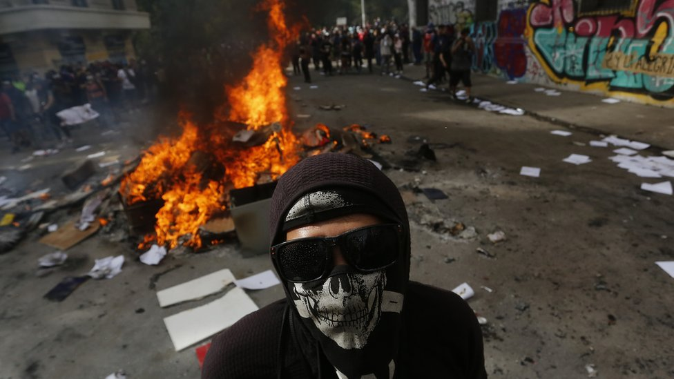 Demostrant nosi masku