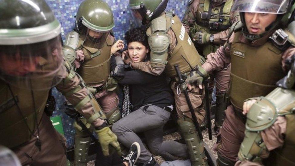 La labor de los cuerpos de seguridad está bajo escrutinio por el trato que la han dado a los manifestantes.