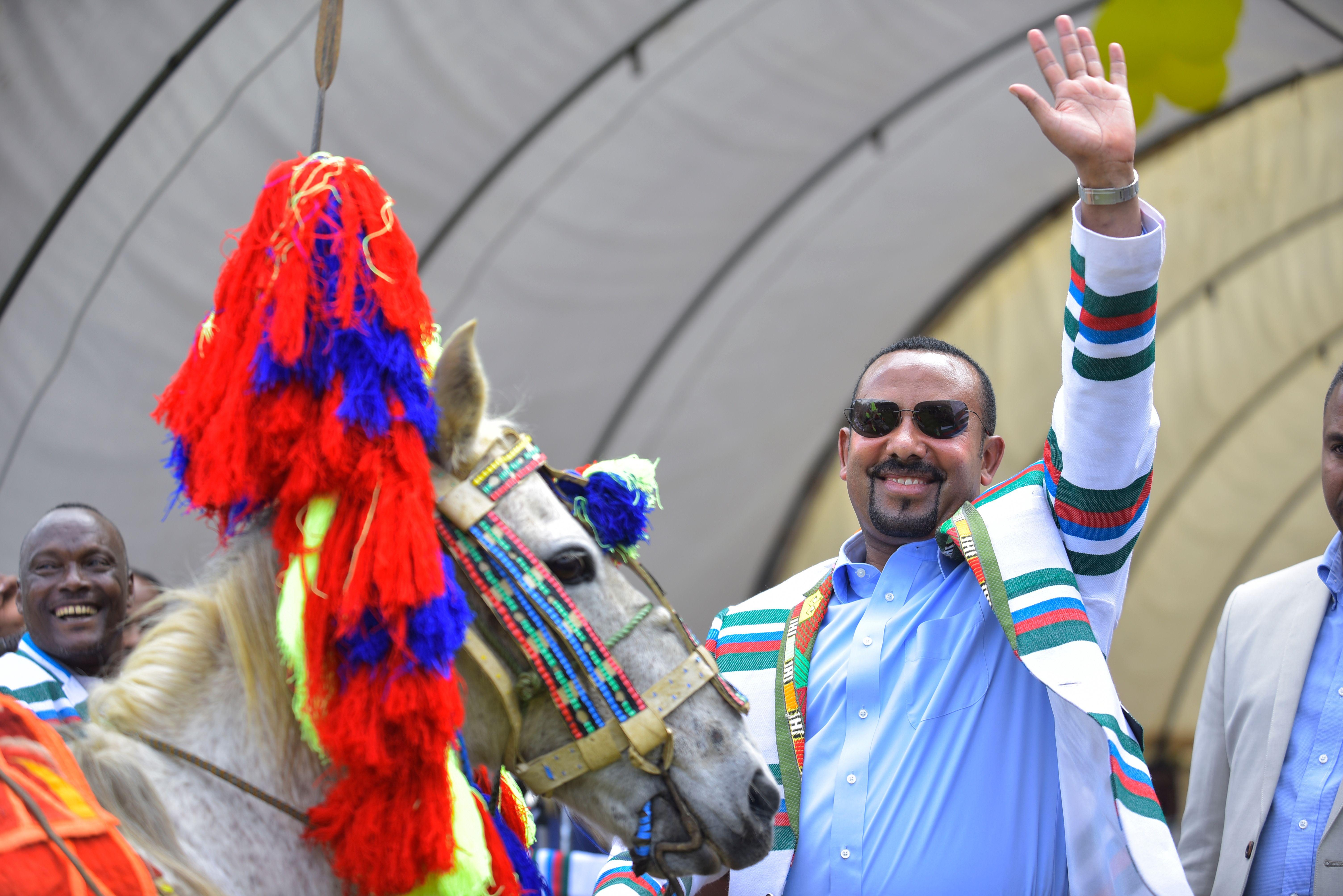 آبي أحمد يتلقى حصانا هدية من ممثلي عرقية كافيتشو في 15 سبتمبر/أيلول 2019