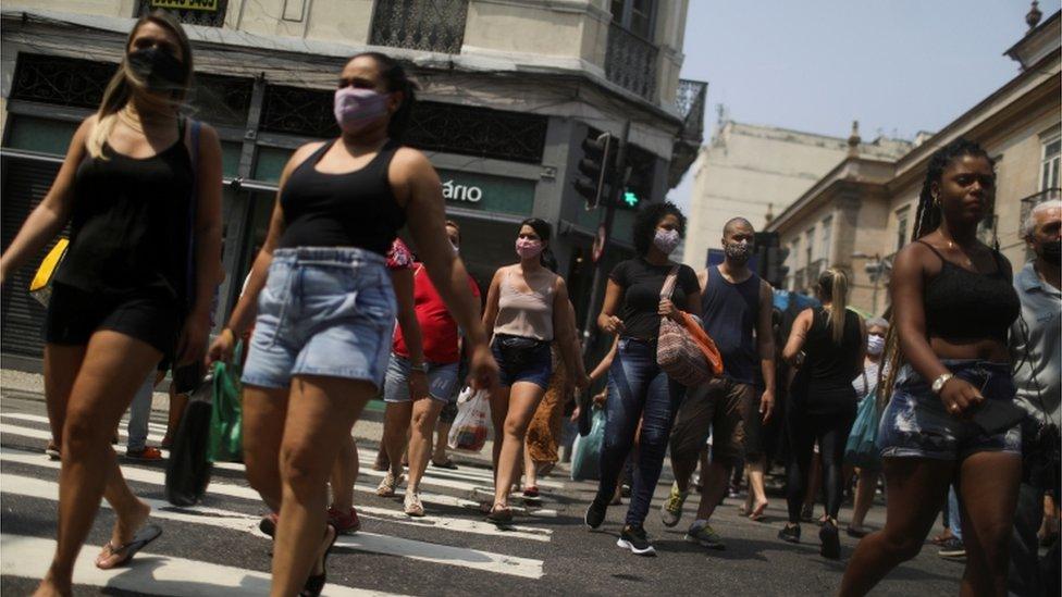 Mulheres caminhando em área de compras no Rio