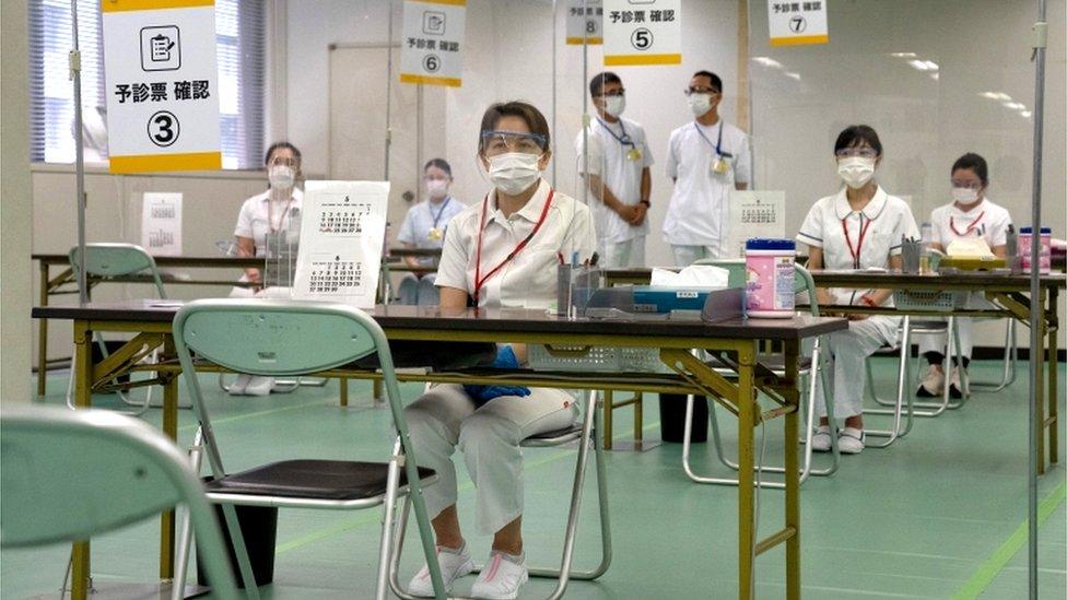 الممرضات في مراكز اللقاح