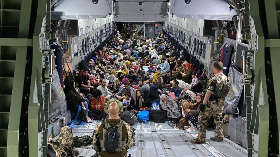 صورة قدمها الجيش الألماني، لأشخاص تم إجلاؤهم من كابل عند وصولهم إلى مطار طشقند في 22 أغسطس/آب 2021، في أوزبكستان