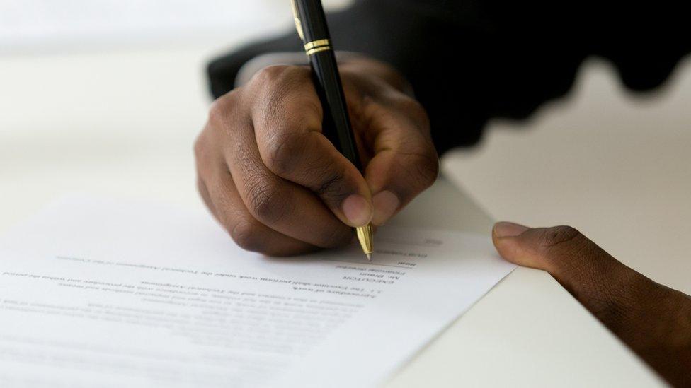 Un hombre escribiendo