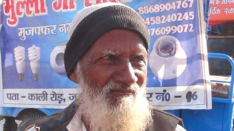 कुंभ 2019: अखाड़े के शिविरों को रोशन करने वाले 'मुल्ला जी'