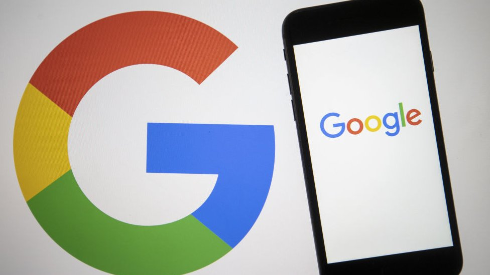 Google con un teléfono.