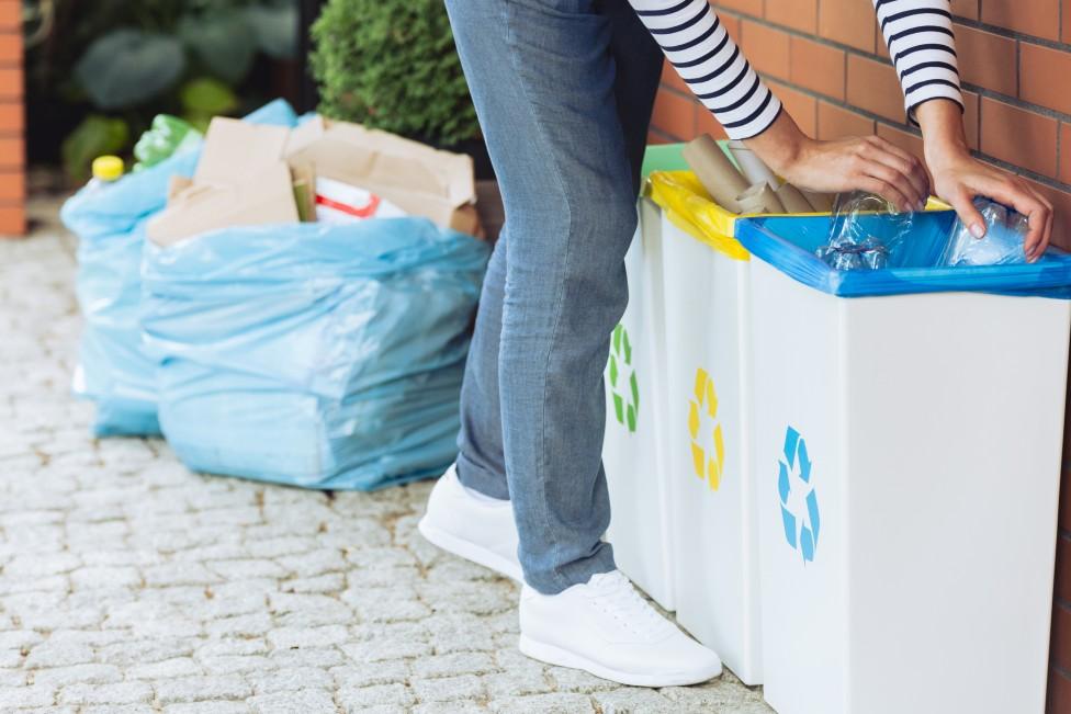 Mujer botando la basura