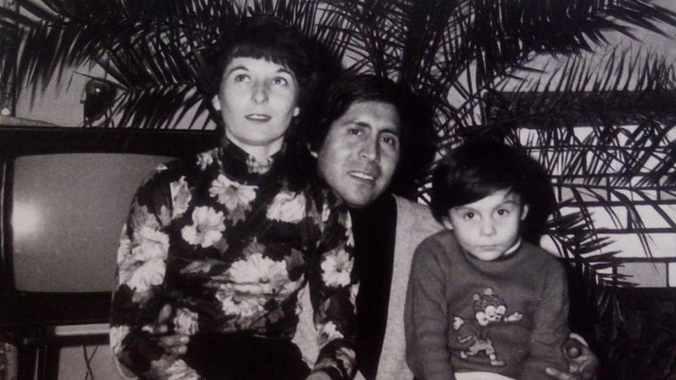 Irina Strukova y Sixto Díaz, padres de Daniel, con su hijo cuando era niño.