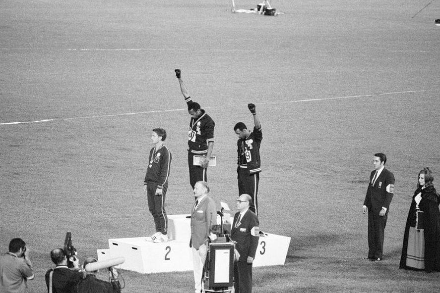 1968年墨西哥奧運頒獎台上,美國黑人運動員表達抗議