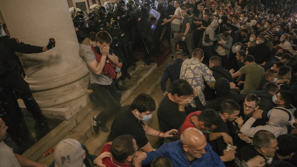 Policija rasteruje demonstrante na platou ispred Skupštine