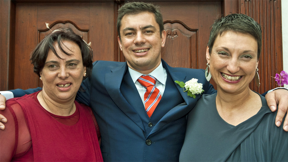 Los tres hermanos, en el casamiento de Nathan. Bernadette, Nathan y Shereen