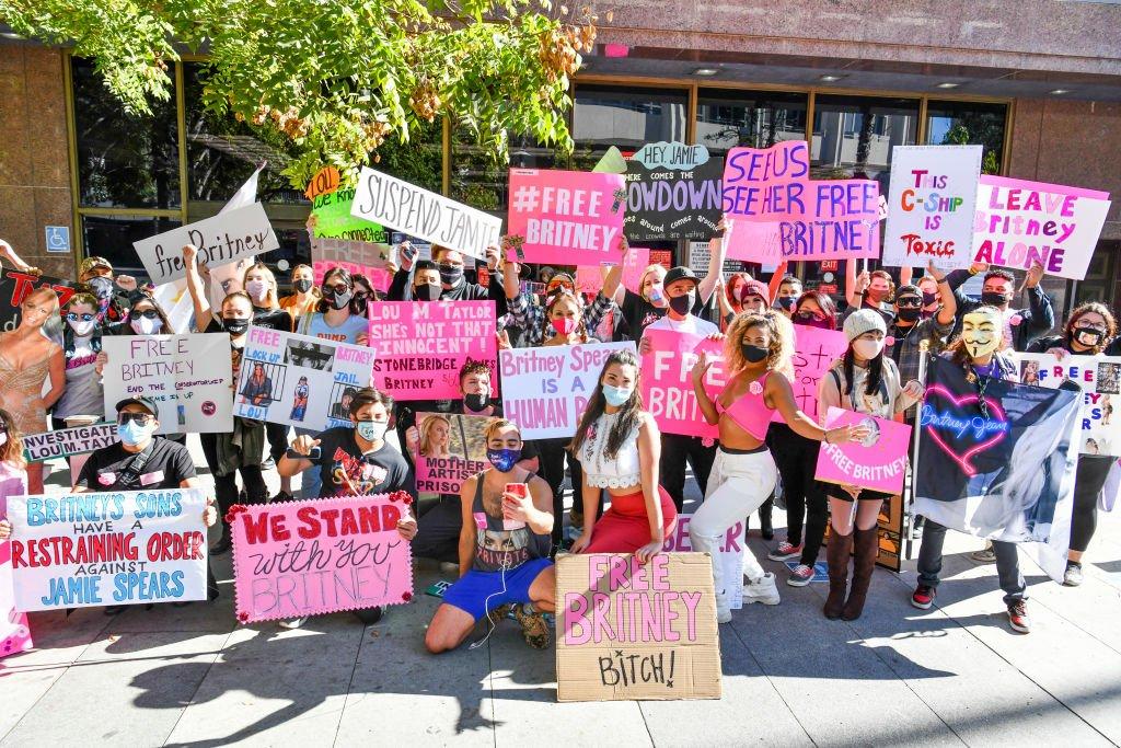 Fans memprotes di luar sidang