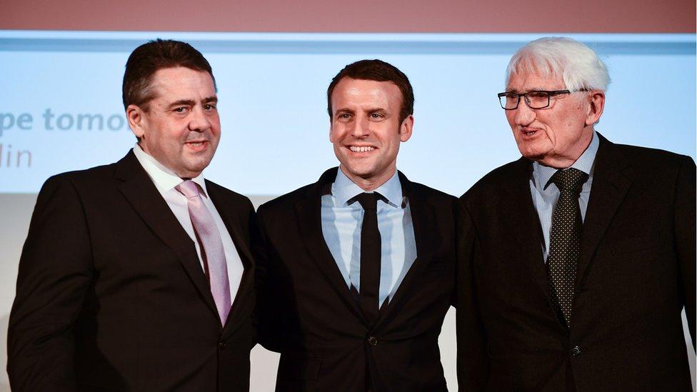 الفيلسوف هابرماس إلى جانب الرئيس الفرنسي أيمانويل ماكرون (عندما كان مرشحا للرئاسة) ووزير الخارجية الألماني السابق زيغمار غابرييل في ندوة عن المستقبل الأوروبي