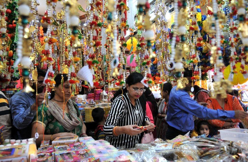 تُعرض الفوانيس والمصابيح الملونة للبيع في المتاجر قبل يوم عيد مهرجان ديوالي. 6 نوفمبر/تشرين الثاني، 2018 في جامو، الهند.