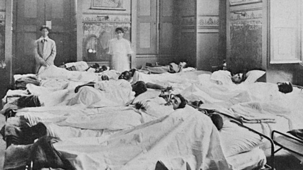 Pacientes em leitos de hospital