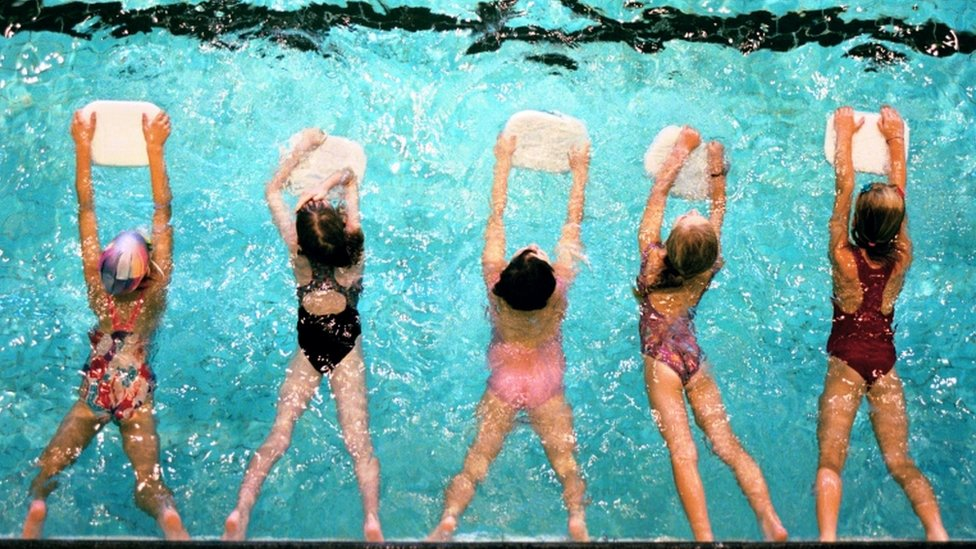 Niños en clase de natación