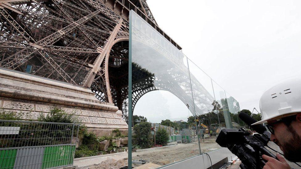 Dinding kaca dengan tebal 6,5 cm akan membatasi dua sisi taman Eiffel.