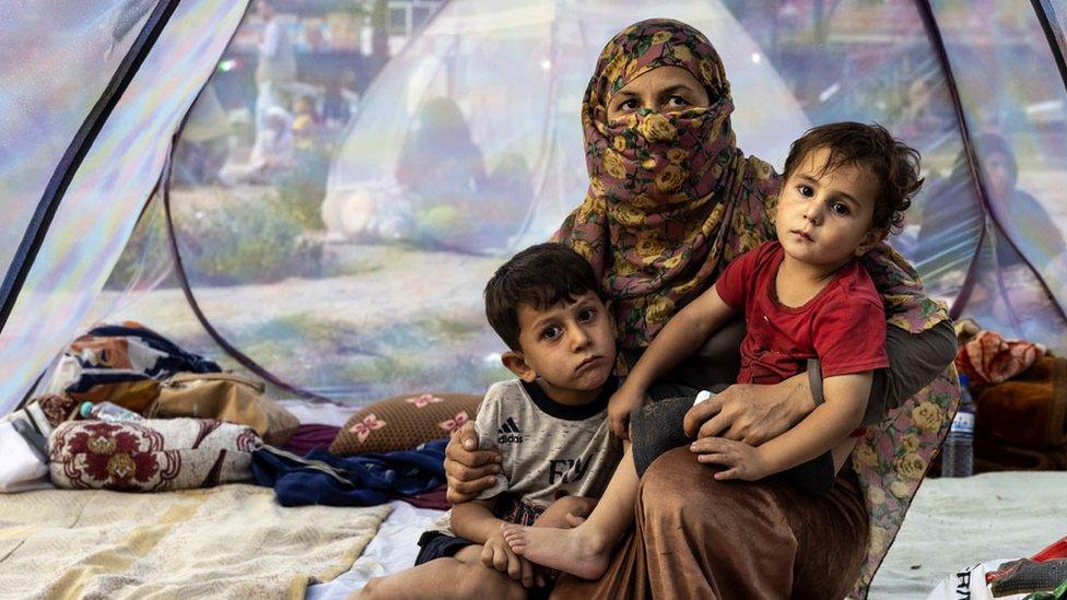 Una familia desplazada en una tienda de campaña en un campamento improvisado en Kabul