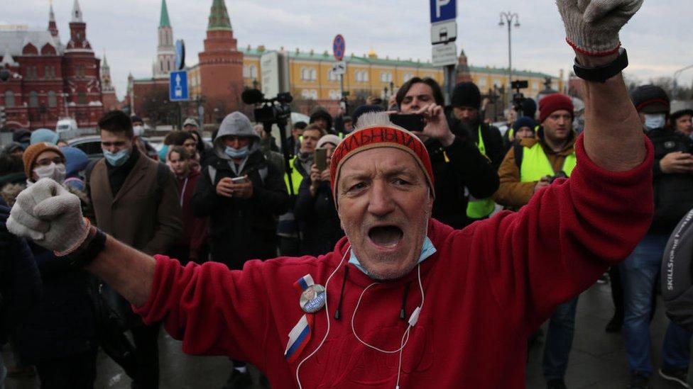 Un activista con una bandera rusa durante una manifestación de protesta no autorizada en apoyo del líder opositor encarcelado Alexey Navalny en la plaza Manezhnaya, frente al Kremlin de Moscú.