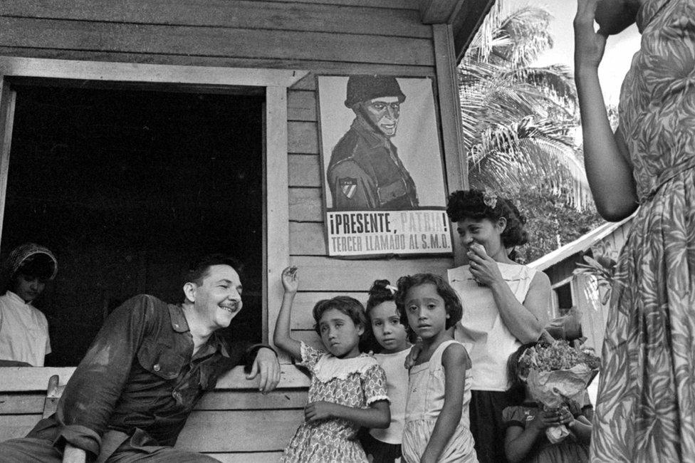 Raúl Castro charlando con una familia de campesiones en Cuba en 1964.