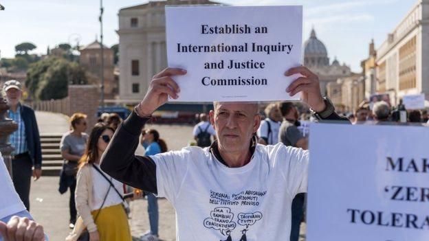 Unjuk rasa di dekat Vatikan untuk mendukung korban pastor pedofil.