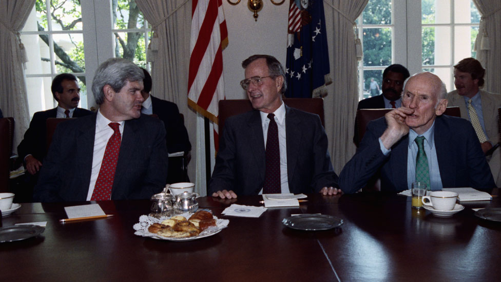 Buš (sredina) sa Njutom Gingričom (levo) na sastanku s kongresmenima 1990. godine