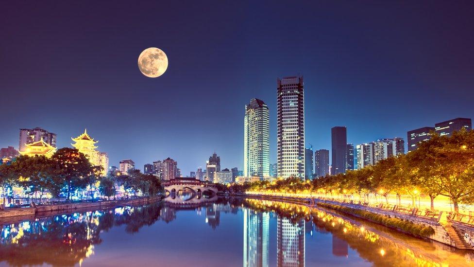 Luna sobre Chengdú