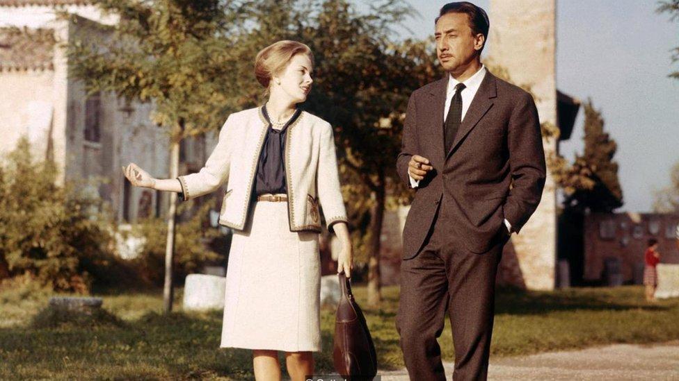 Romain Gary en la calle, acompañado de una mujer.