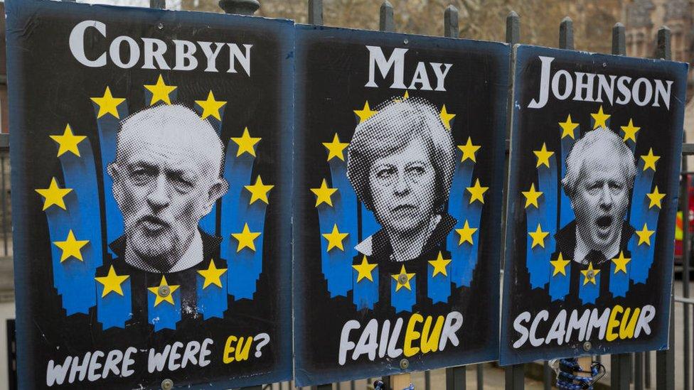 Londra'da asılı dövizler: İşçi Partisi lideri Jeremy Corbyn (Neredeydin?), Theresa May (Başarısızlık), Boris Johnson (Dolandırıcı)