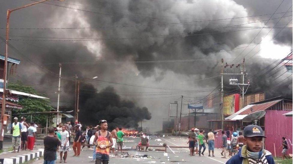 Humo en las calles de Manokwari, Papúa Occidental