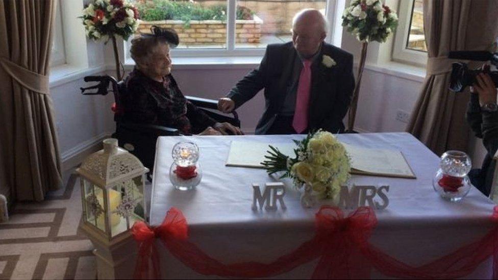 Вік весіллю не завада: у Британії 100-річна жінка вийшла заміж за свого 74-річного партнера