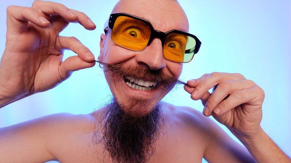 Hombre mostrando su barba y bigote