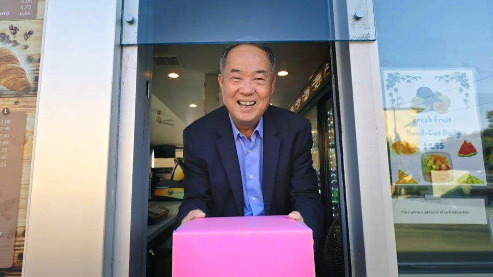 Ted Ngoy con su icónica caja rosa de rosquillas