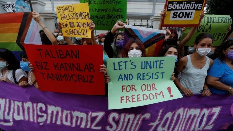 Turcas se manifiestan contra los talibanes y en solidaridad con las afganas en Estambul.