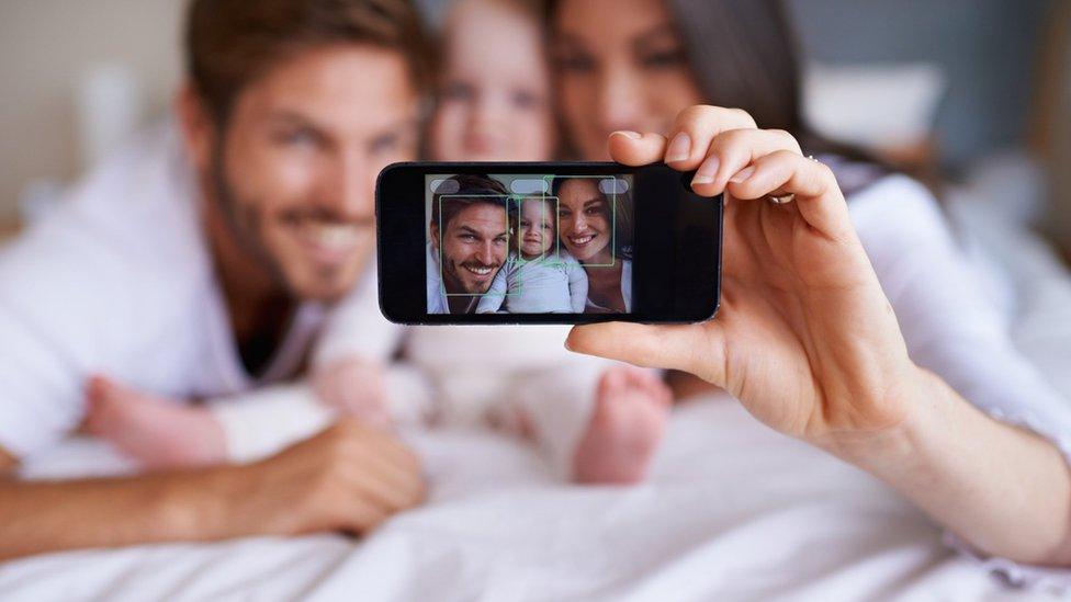 Familia tomándose una selfie.