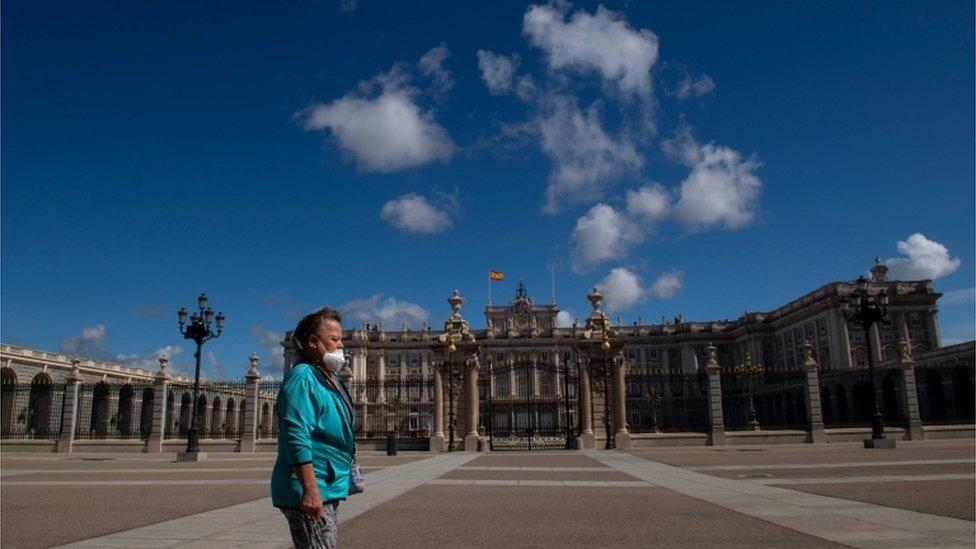 Žena šta ispred kraljevske palate u Madridu