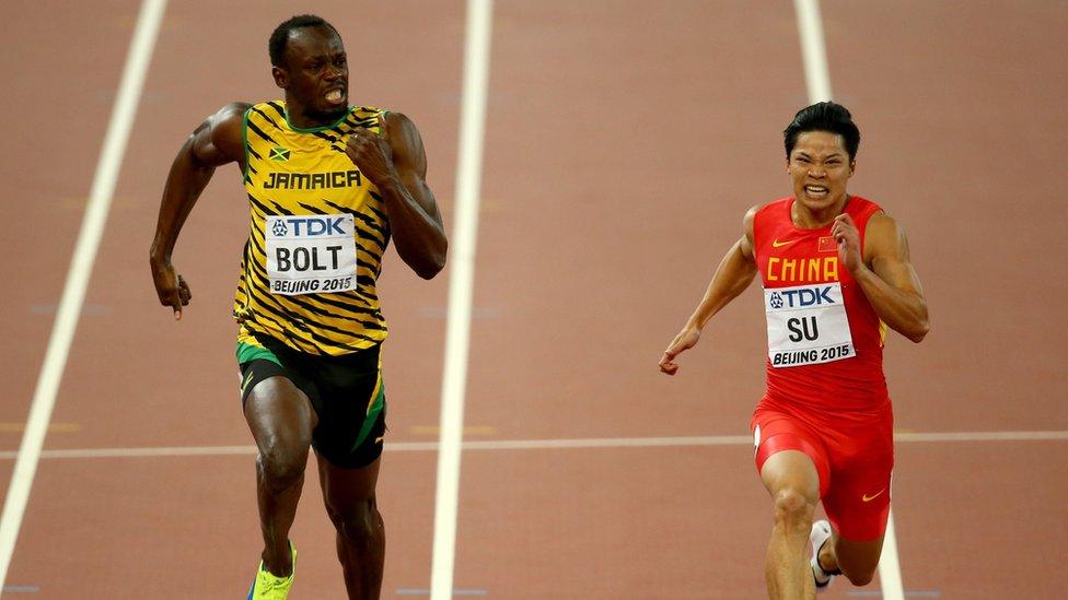 Bingtian Su corriendo junto a Usain Bolt en el Campeonato Mundial de 2015.
